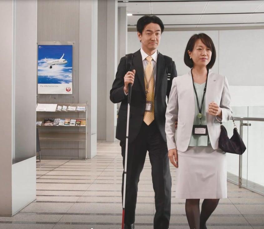 JALの社員が視覚障害のある方を案内する写真