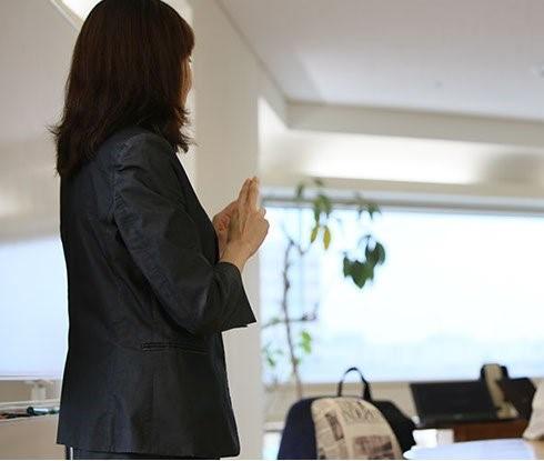【写真】高内の後ろ姿 手話通訳をする様子