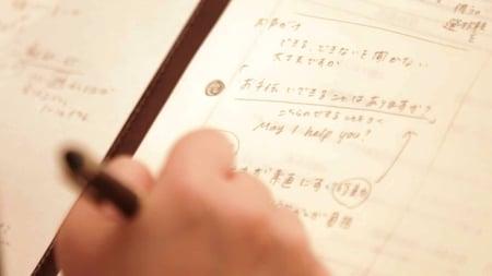 写真 紙に文字を書いている写真