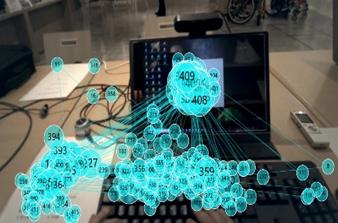 【イメージ画像】デスクに置いてあるパソコン・キーボード・資料などに視線が集まっていることがわかる画像(視線が動いた部分に水色の線が付いている)