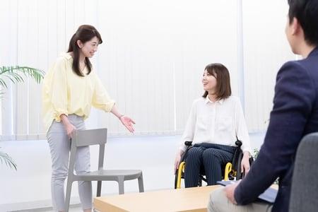 写真 車椅子ユーザーに移乗するか聞く様子