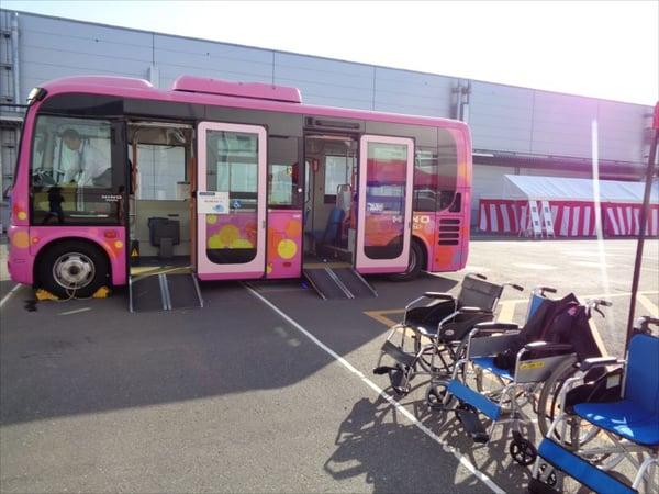 画像 日野自動車様のバスと車いすが映った写真