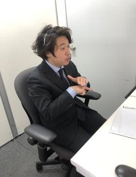 大阪本社にて遠隔で手話通訳している様子
