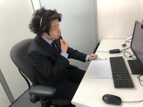 パソコンのカメラに向かって手話通訳している様子