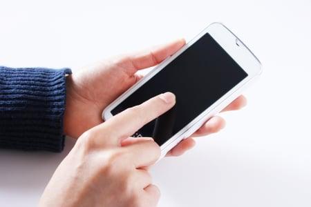 スマ―トフォンを利用しているイメージ写真