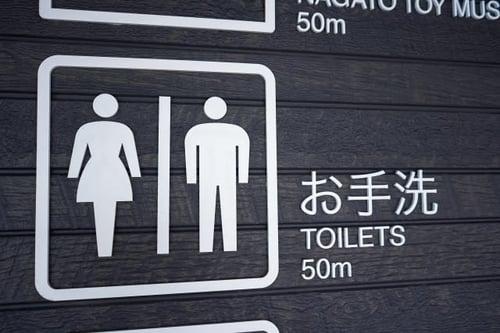 写真 トイレが50メートル先にあることを示すサイン