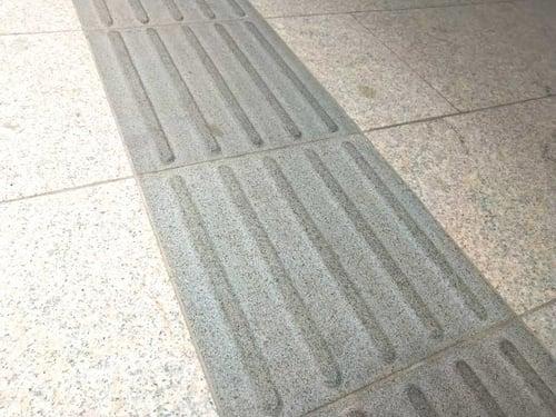 写真 床と同系色の点字ブロック