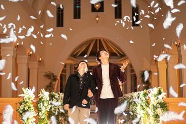 【写真】レズビアンのカップルが腕を組んで協会の中を歩く様子