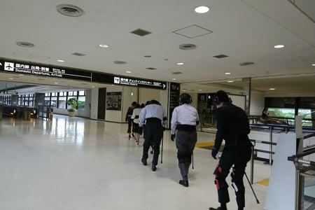 写真 空港内で高齢者体験をする様子