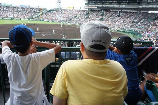 写真 原口と小学生2人が観戦する後ろ姿