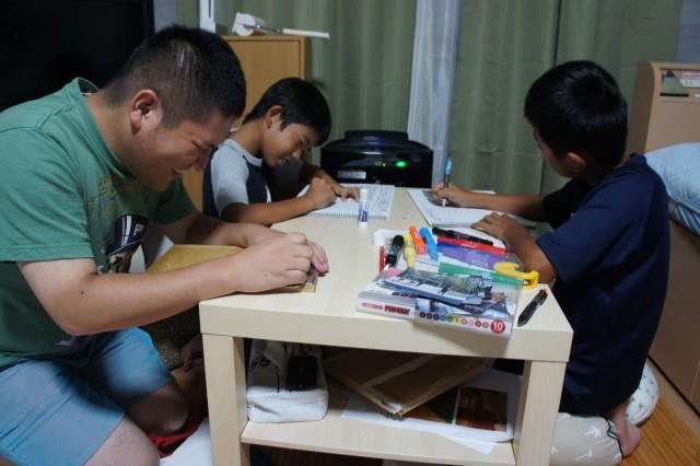 写真 原口の家で宿題をする小学生2人