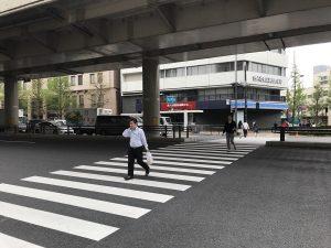↑横断歩道を渡ると、ローソンがあります。ローソンの左手、赤い看板の「合人社東京永田町ビル」の6Fビジョンホールまでお越しください。