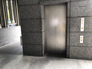 ↑五番出口の地上階エレベーター。降りたら歩道に出て、左へ。