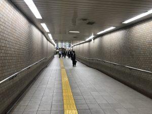↑改札から5番出口までは下り坂ですのでご注意ください。お帰りの際のみ、運営スタッフ1名が常駐しています