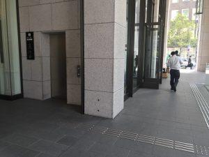 ↑7番出口の地上階エレベーターです。エレベーターから降りたら左に向かい、大通り(御堂筋)へ出てください。