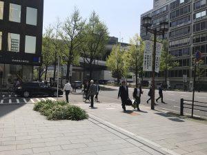 ↑大通り(御堂筋)に出たら、阪神高速道路の高架があるので、その下をくぐるように直進してください。
