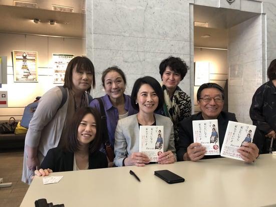 写真 岸田が参加者と記念撮影