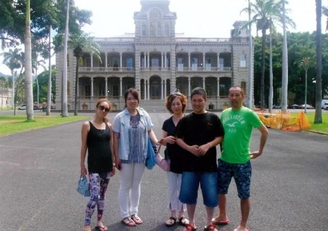 家族5人・建物の前で-001
