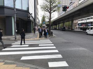 ↑横断歩道を渡る。