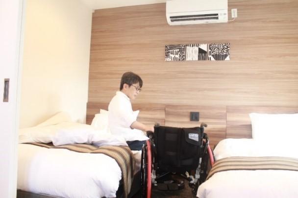 画像 車椅子ユーザーがベッドへ移る様子