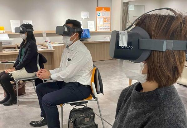 【写真】VRを体験する3名の参加者の様子