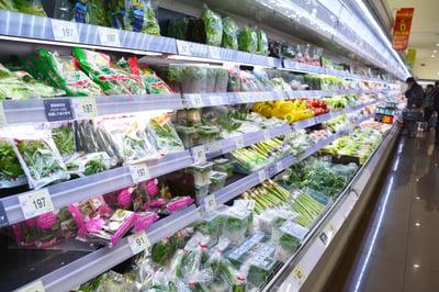 スーパーの野菜陳列棚
