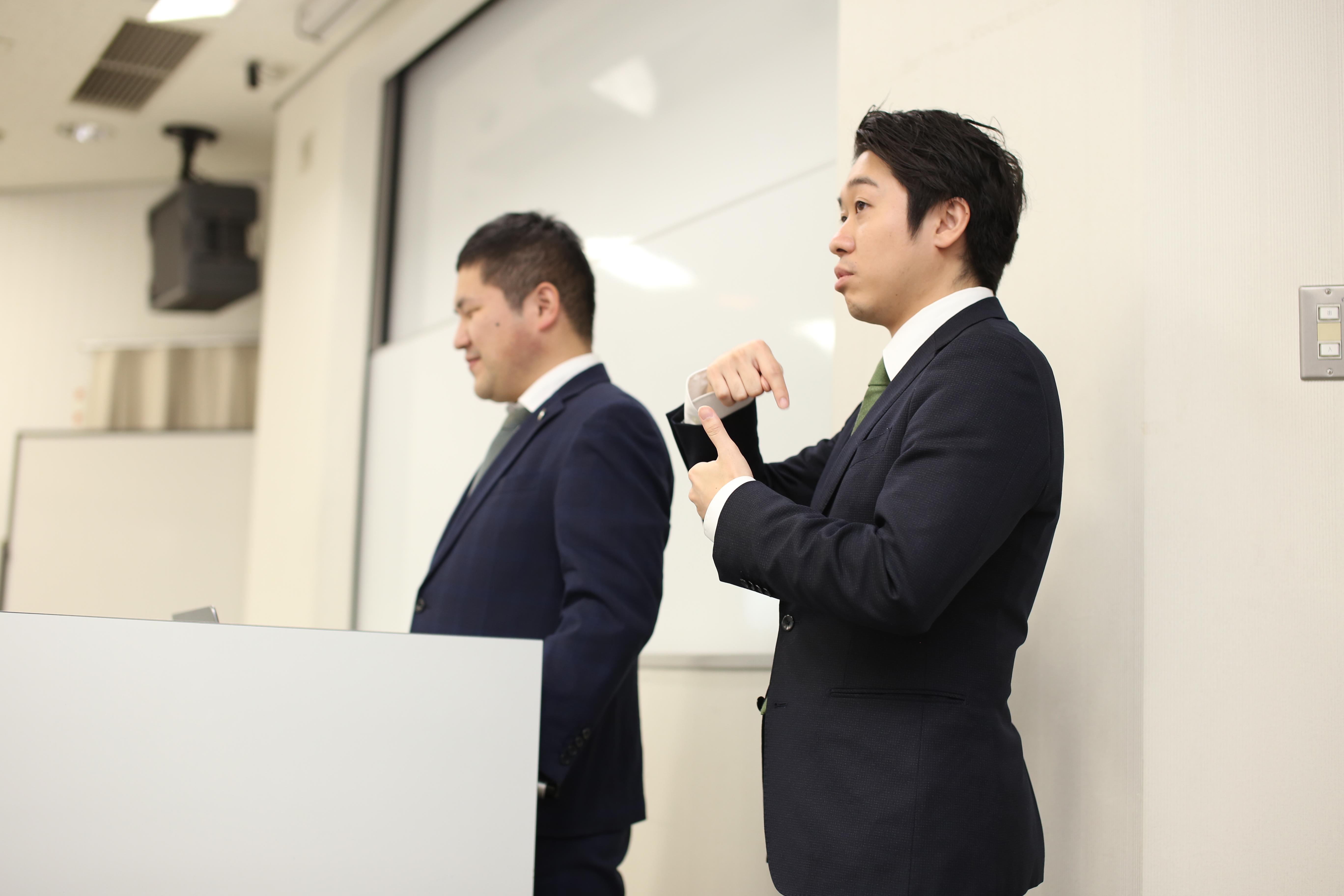 【写真】手話通訳をする様子