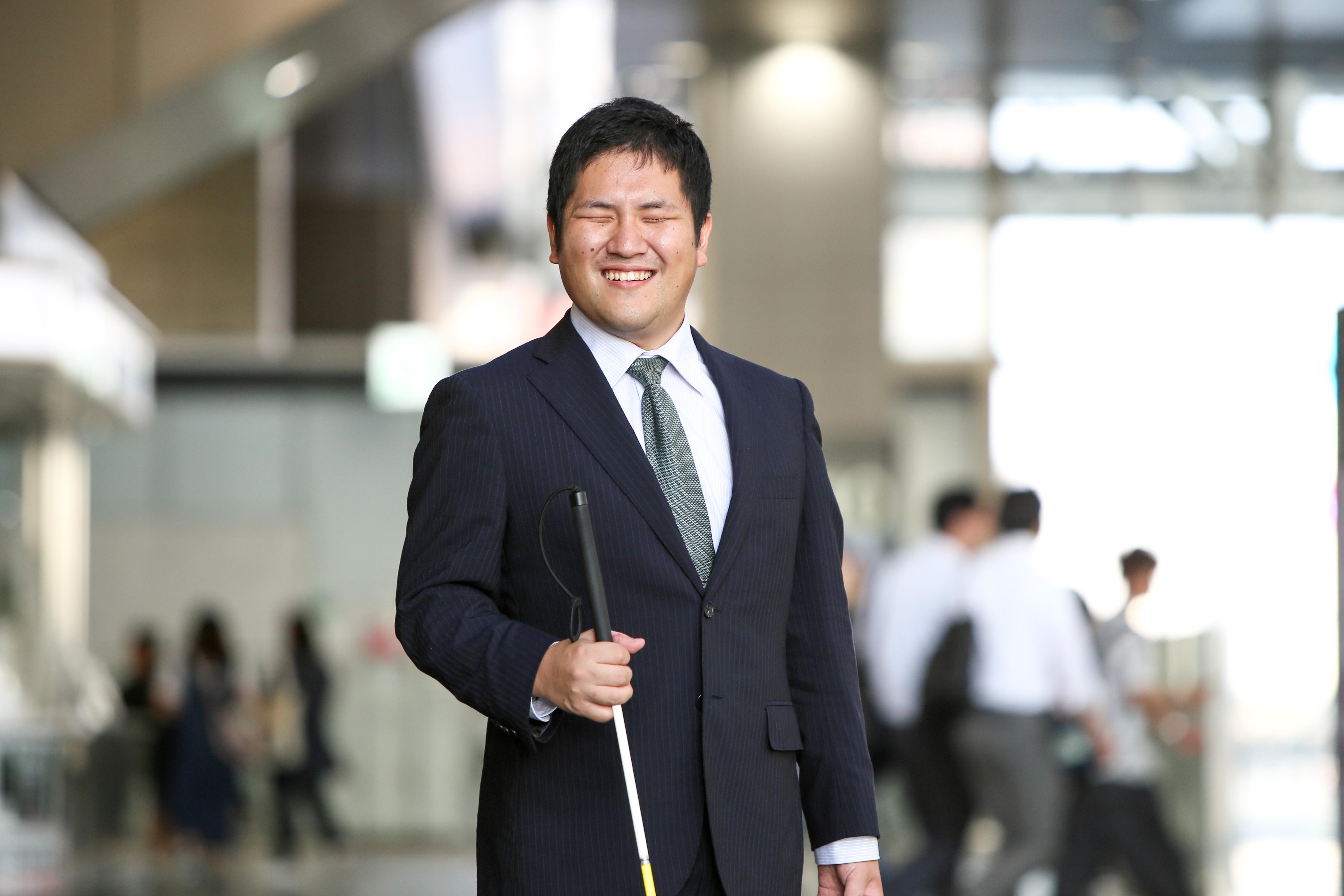 【写真】白杖を持っている全盲の講師・原口