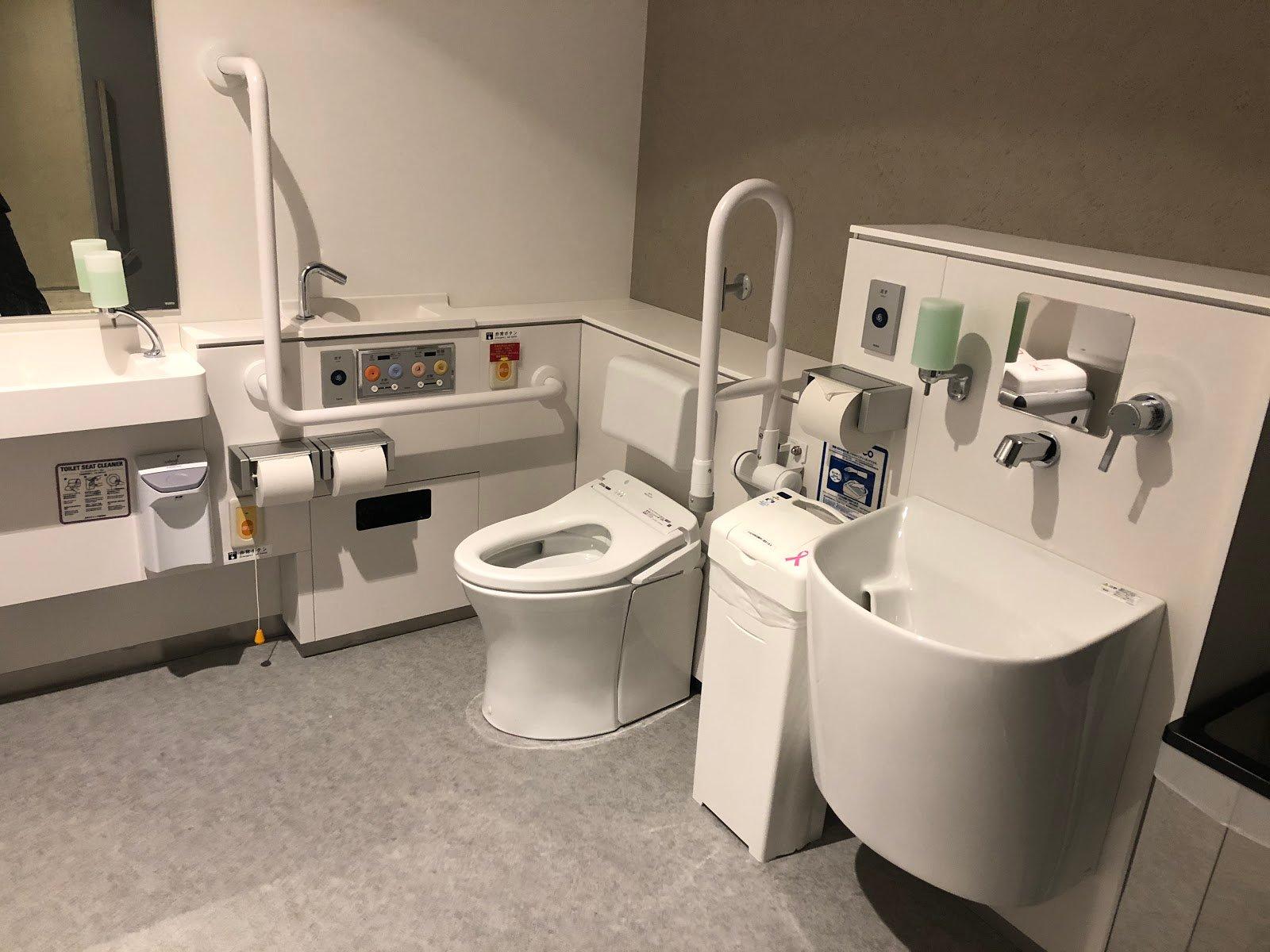 多機能トイレの内部の写真