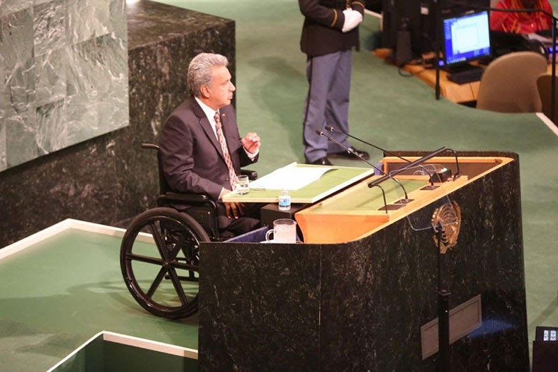 写真 車いすに乗っている、エクアドルの元大統領 レニン・モレノ氏