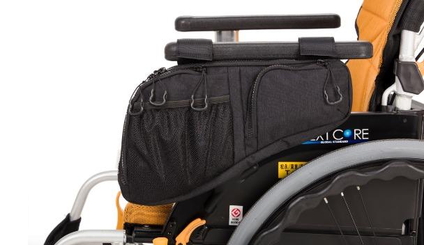 サイドバッグが車いすの側面に取り付けられているイメージ