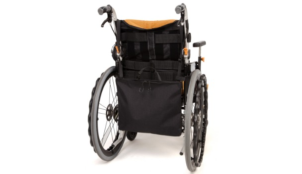 カテーテルバッグが車いすの背面についているイメージ