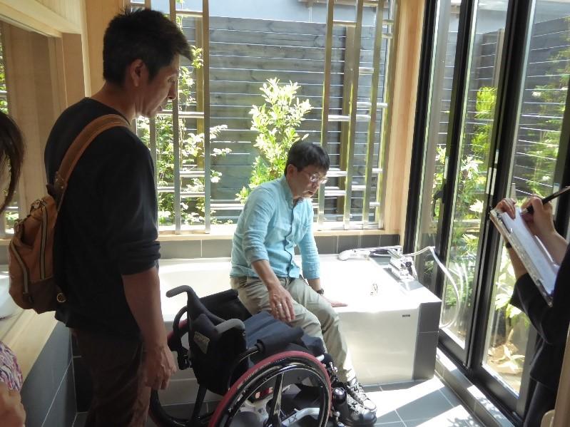 障害のある当事者モニターが施設調査を行う様子